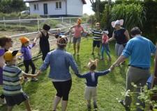 Powiększ zdjęcie Zabawa dzieci, rodziców i opiekunów- taniec w kółeczku