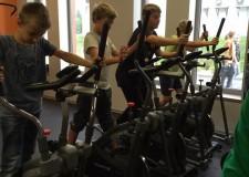 Powiększ zdjęcie chłopcy ćwiczą na orbitrekach