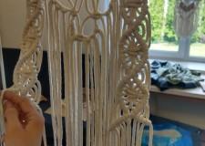 Powiększ zdjęcie prezentuje się makrama zrobiona ze sznurków