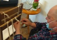 Powiększ zdjęcie uczestnik zajęć- mężczyzna podczas wykonywania makramy