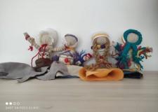 Powiększ zdjęcie Na zdjęciu prezentują się 4 kolorowe lalki motanki