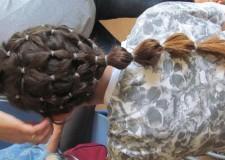 Powiększ zdjęcie Dziewczynka prezentuje wykonaną fryzurę