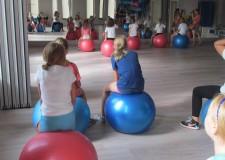 Powiększ zdjęcie dziewczynki na zajęciach z fitball