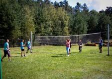 Powiększ zdjęcie dzieci grają w siatkę