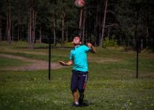 Powiększ zdjęcie chłopiec odbija piłkę