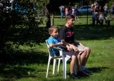 Powiększ zdjęcie dwóch chłopców siedzi na krzesełkach i obserwuje zabawy dzieci