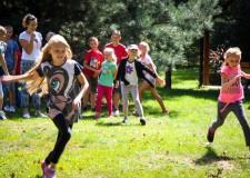 Powiększ zdjęcie dzieci uczestniczą w zabawach sportowych