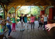 Powiększ zdjęcie dzieci tańczą w kółeczku